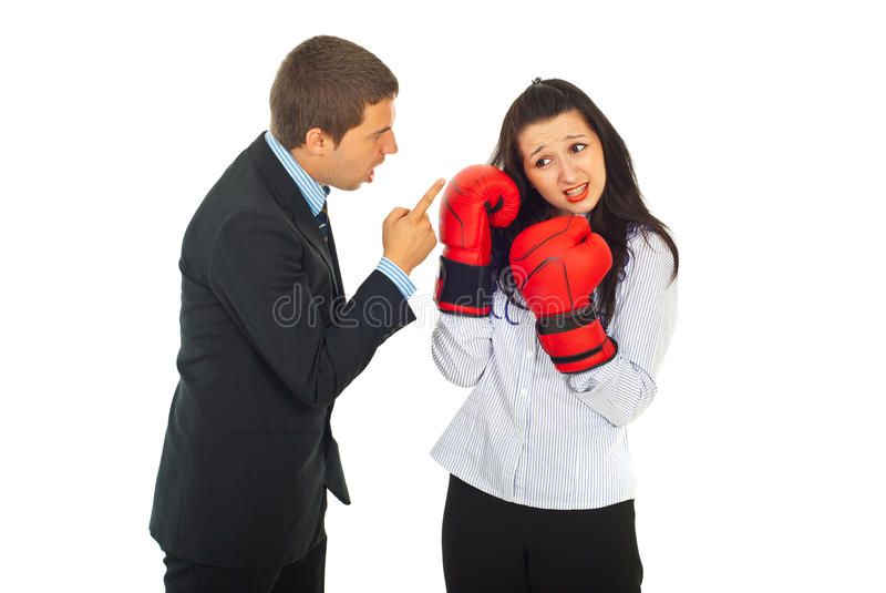 Le bossage fâché discutent le femme des employés photos libres de droits