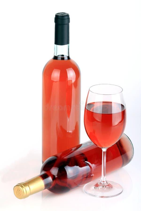 Le bottiglie del vino con il vetro di vino fotografie stock