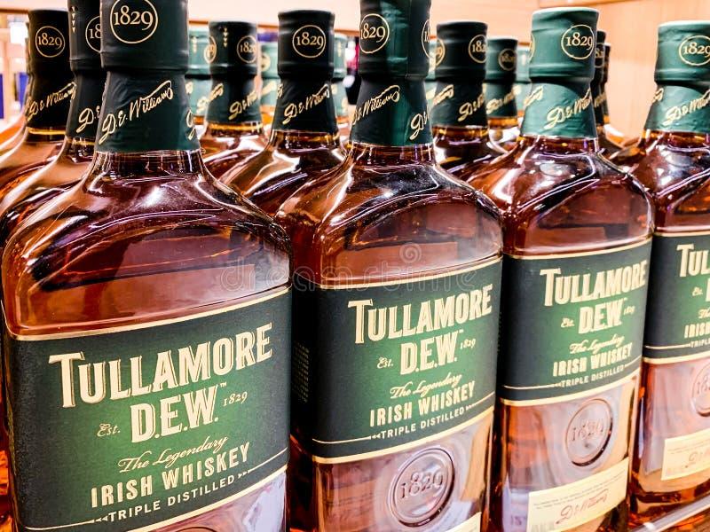 Le bottiglie del whiskey della rugiada di Tullamore, una marca irlandese del liquore hanno fondato nel 1829, vendendo internazion fotografia stock libera da diritti