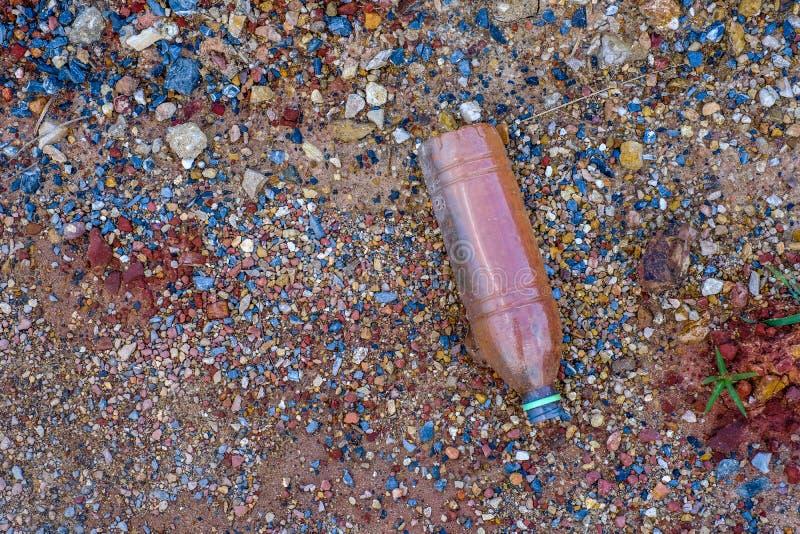 Vecchie Bottiglie Sporche Sul Pavimento Immagine Stock ...