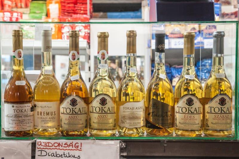 Le bottiglie di Tokaji wine ed altri ungheresi tradizionali beve per la vendita nel mercato centrale di Budapest, Nagy Vasarcsarn immagini stock