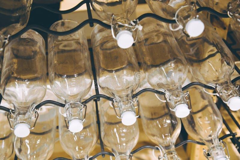 Le bottiglie impilate su metallo tormenta il colpo immagine stock libera da diritti