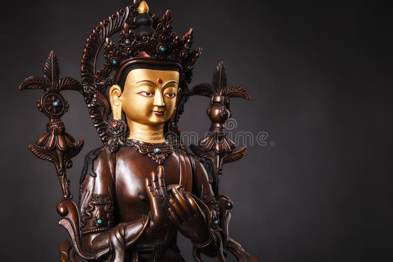 Le Bouddha de l'avenir - chiffre du ` s de Bouddha Maytereya dans un dharmachak photos libres de droits