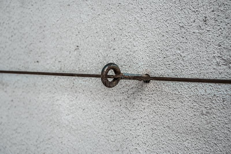 Le boulon d'anchrage avec un anneau et un métal câblent photo libre de droits