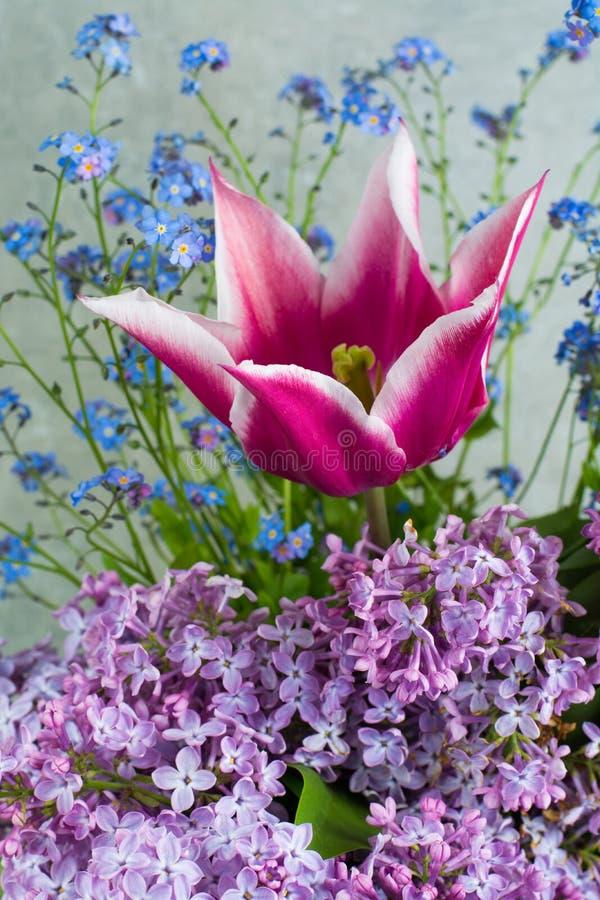 Le bouquet coloré avec le lilas pourpre, la tulipe rose et le bleu oublient-m photographie stock