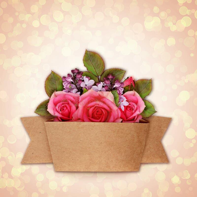 Le bouquet de fleurs de Rose et de lilas avec le métier empaquettent le ruban photographie stock