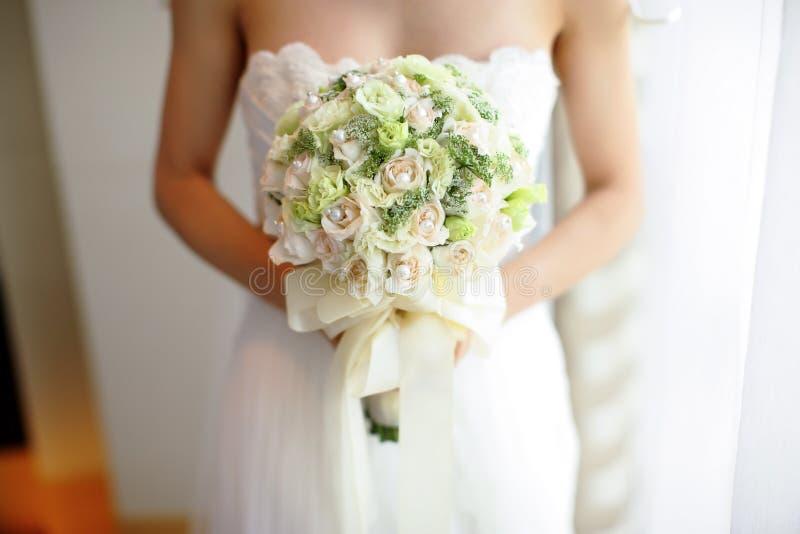 Le bouquet de la jeune mariée photographie stock libre de droits