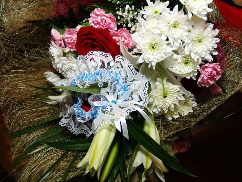 Le bouquet de la jeune mariée, wildflowers, chrysanthèmes photo stock