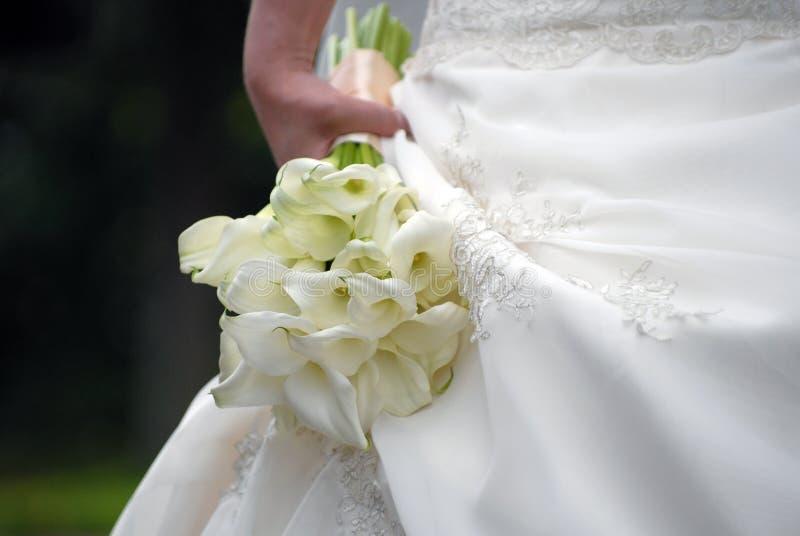 Le bouquet de la mariée avec du charme de mariage des kalls image libre de droits