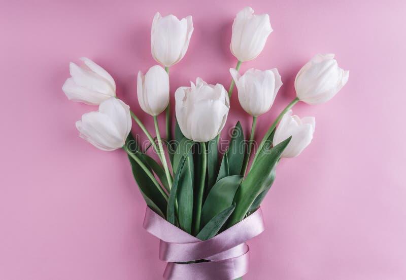 Le bouquet de la tulipe blanche fleurit sur le fond rose Ressort de attente images stock