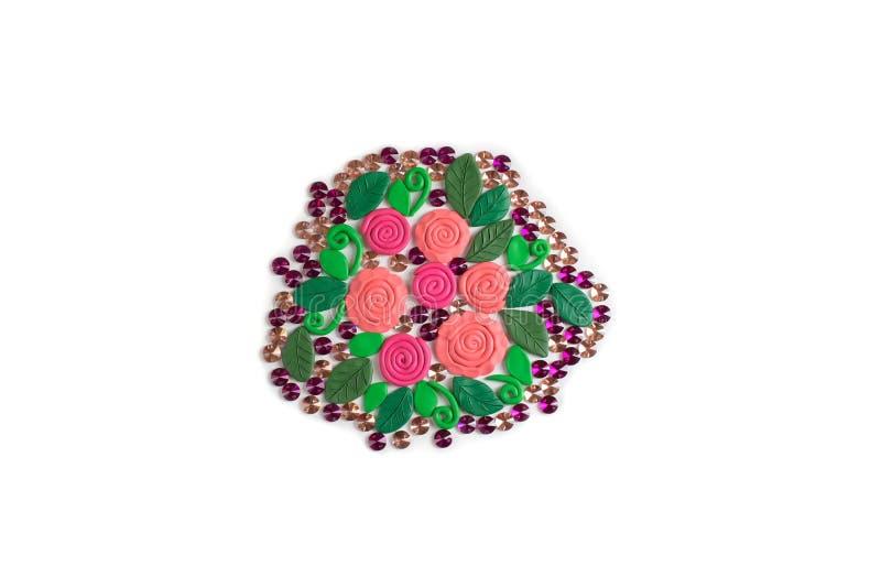 Le bouquet des fleurs faites de pâte à modeler sur les roses blanches d'un fond et les feuilles s'étendent à plat photographie stock