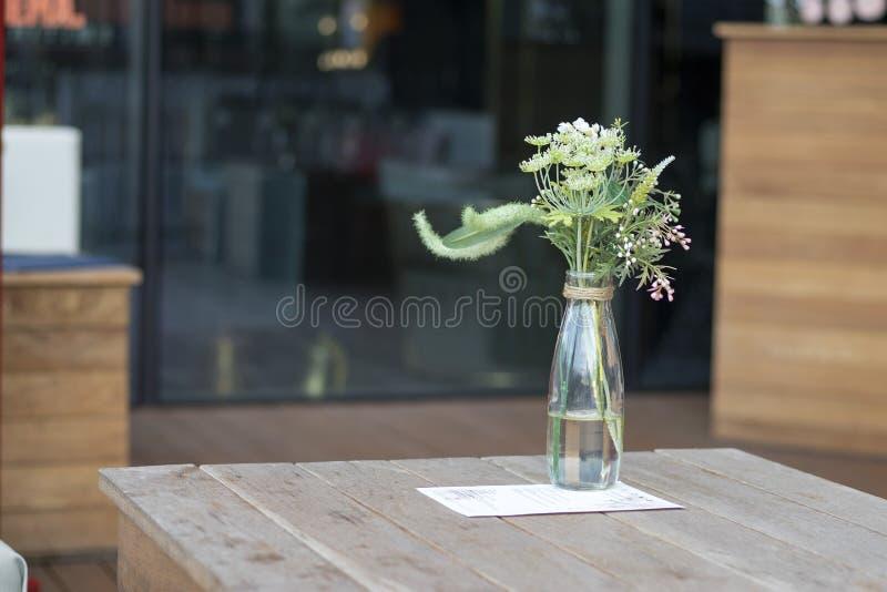 Le bouquet des herbes artificielles : aneth, seigle, baie de sureau dans une bouteille en verre au lieu d'un vase comme décoratio photos stock