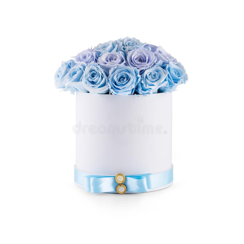 Le bouquet du bleu fleurit des roses dans le boîte-cadeau de luxe d'isolement du wh image libre de droits