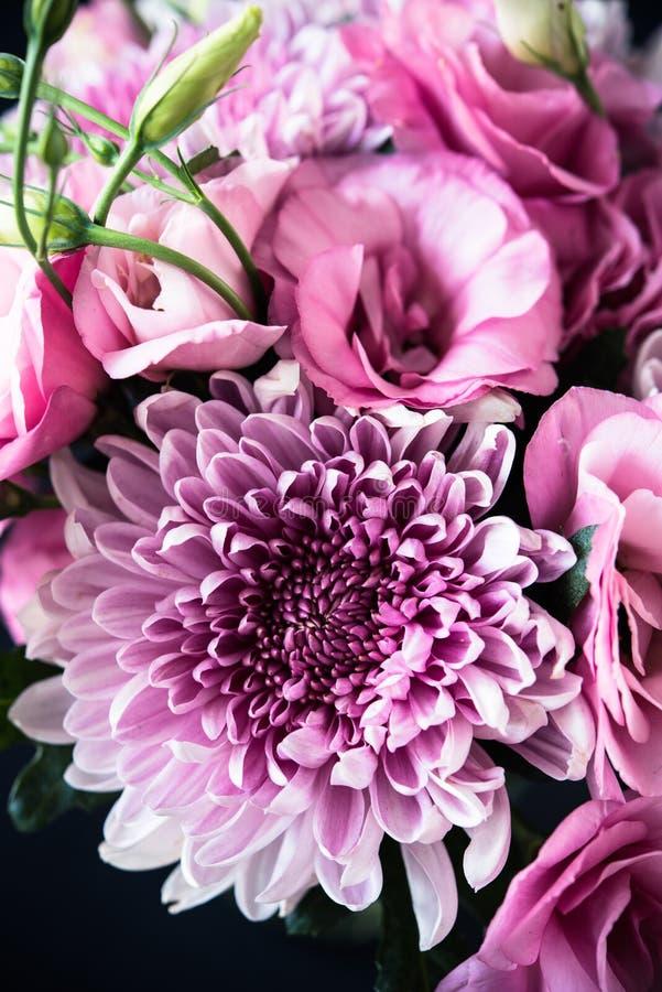 Download Le Bouquet Du Rose Fleurit Le Plan Rapproché, L'eustoma Et Le Chrysanthème Image stock - Image du chic, pastel: 77153931