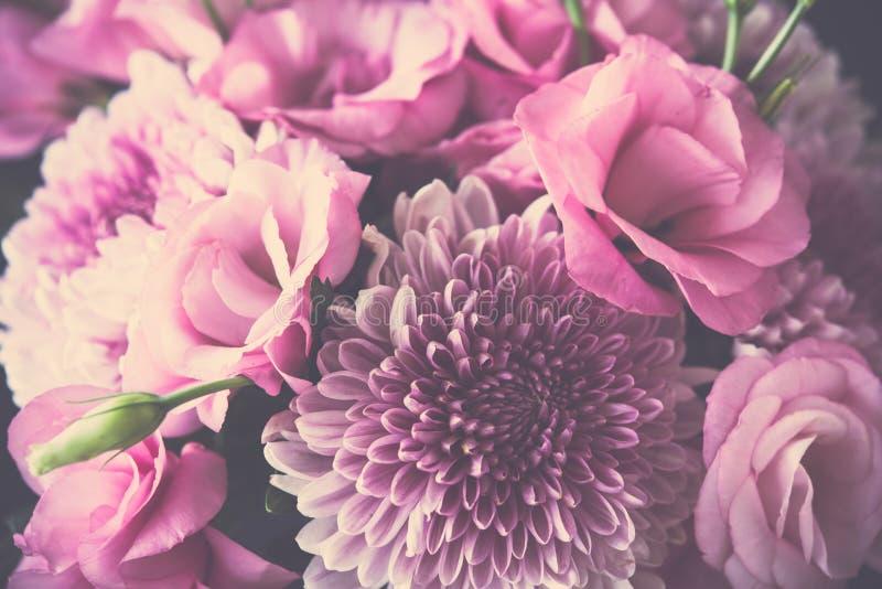 Download Le Bouquet Du Rose Fleurit Le Plan Rapproché, L'eustoma Et Le Chrysanthème Photo stock - Image du beauté, romantique: 77155190
