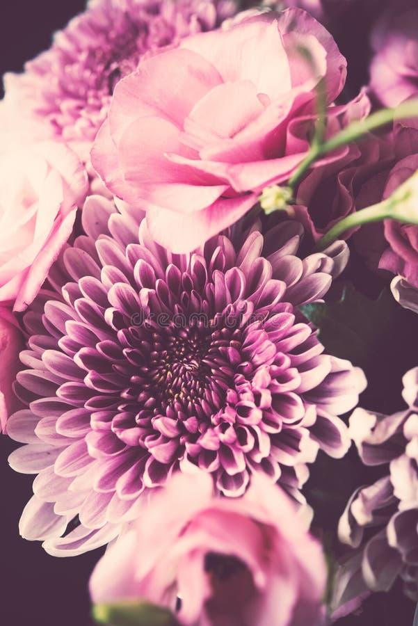 Download Le Bouquet Du Rose Fleurit Le Plan Rapproché, L'eustoma Et Le Chrysanthème Photo stock - Image du centrale, agencement: 77156176