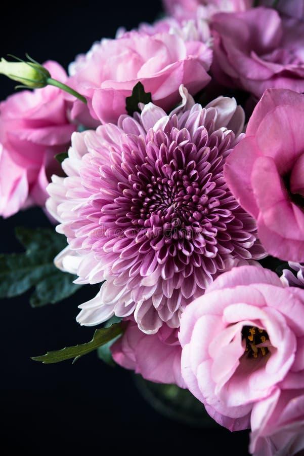 Download Le Bouquet Du Rose Fleurit Le Plan Rapproché Sur Le Fond Noir Image stock - Image du agencement, fleurs: 77154509