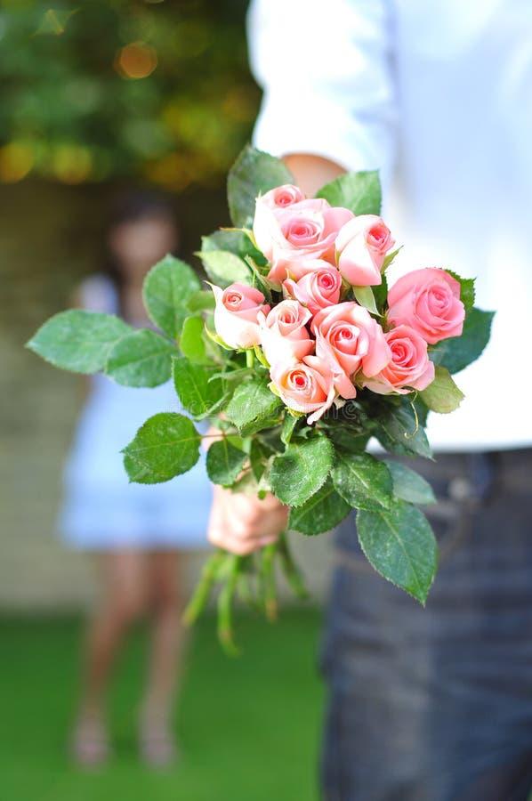 le bouquet fleurit l'homme de fixation photographie stock libre de droits