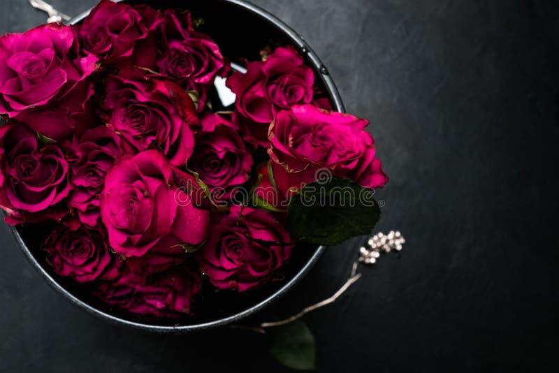 Le bouquet roman de roses rouges d'amour fleurit des sentiments photos libres de droits