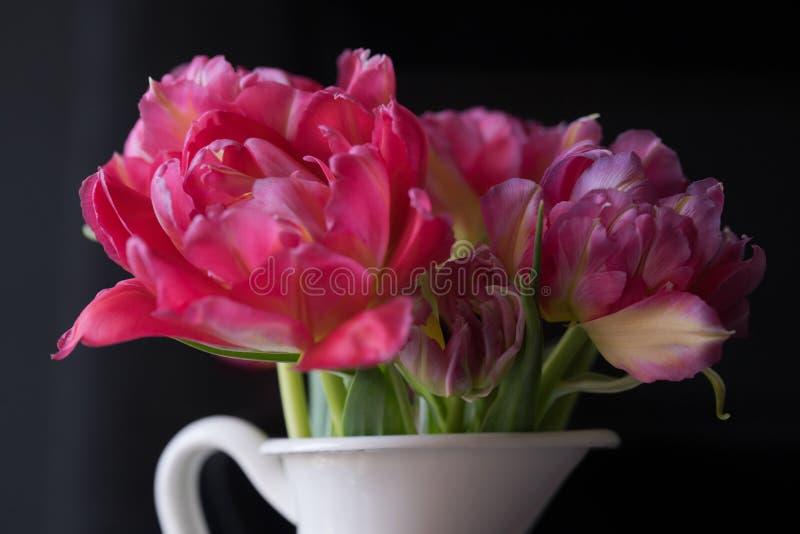 le bouquet rose fleurit les tulipes blanches de fond de noir de vase image libre de droits