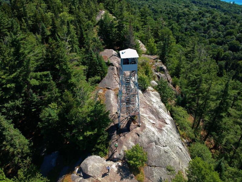 Le bourdon aérien a tiré du firetower sur le sommet dans les montagnes d'Adirondack photo libre de droits
