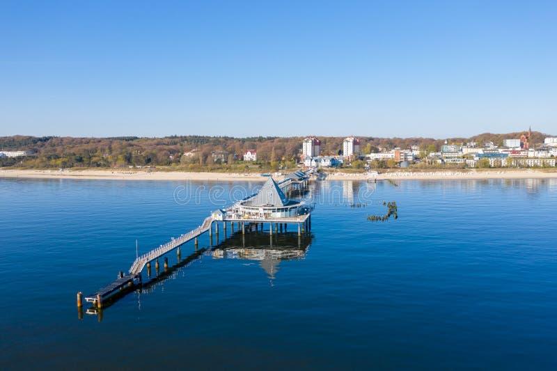 Le bourdon vole au-dessus du pont de mer d'Ahlbeck sur Usedom photos libres de droits