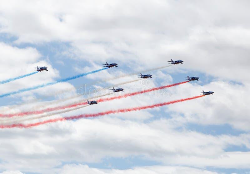 LE BOURGET, FRANCE - 25 juin 2017 : Patrouille Acrobatique de France faisant le drapeau français photographie stock libre de droits
