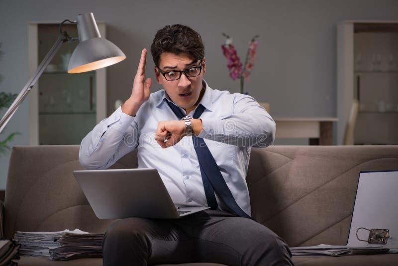 Le bourreau de travail d'homme d'affaires fonctionnant tard à la maison images libres de droits
