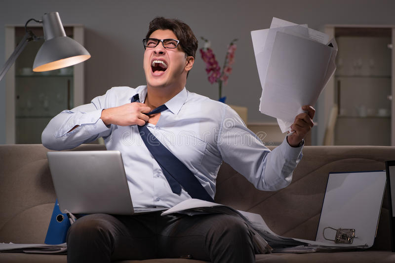 Le bourreau de travail d'homme d'affaires fonctionnant tard à la maison photos libres de droits