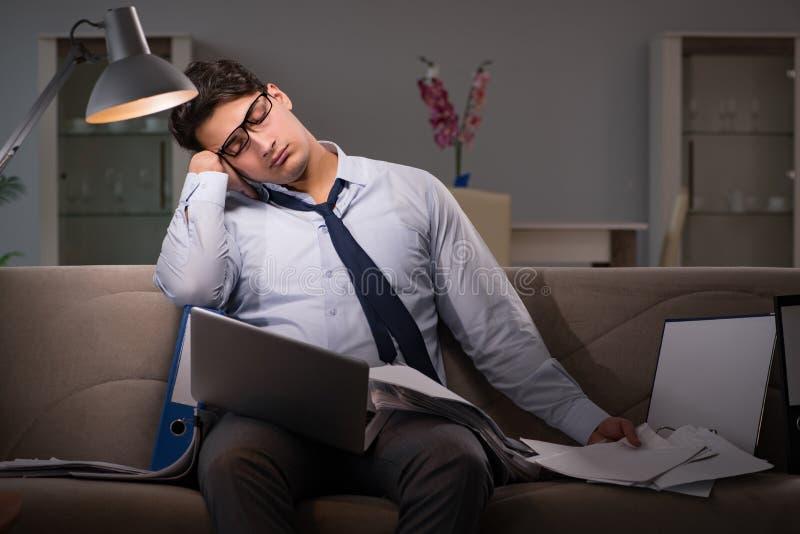 Le bourreau de travail d'homme d'affaires fonctionnant tard à la maison photo libre de droits