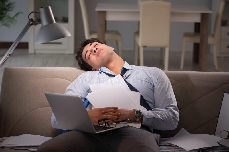 Le bourreau de travail d'homme d'affaires fonctionnant tard à la maison photographie stock libre de droits