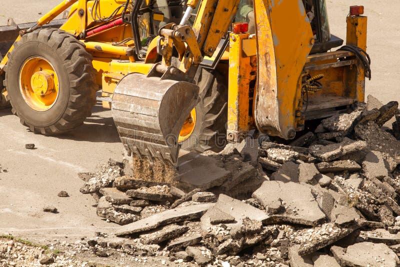 Le bouteur démantèle l'asphalte au travail photo libre de droits