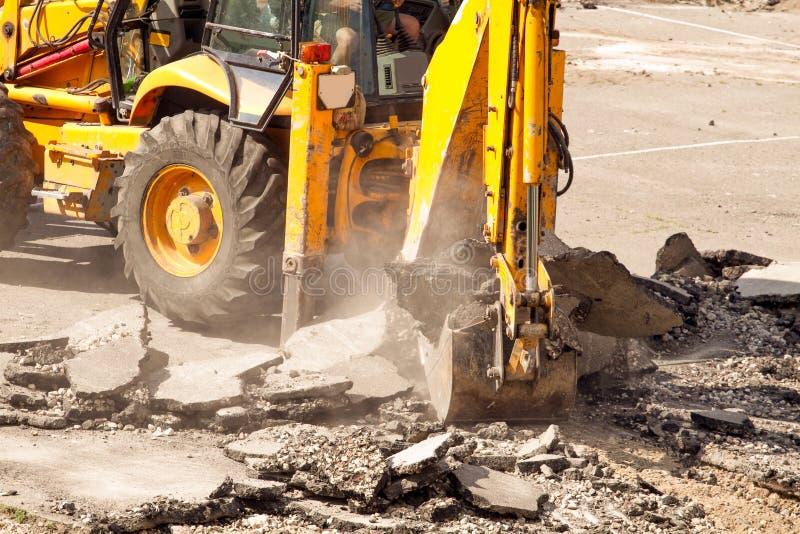 Le bouteur démantèle l'asphalte au travail photos libres de droits