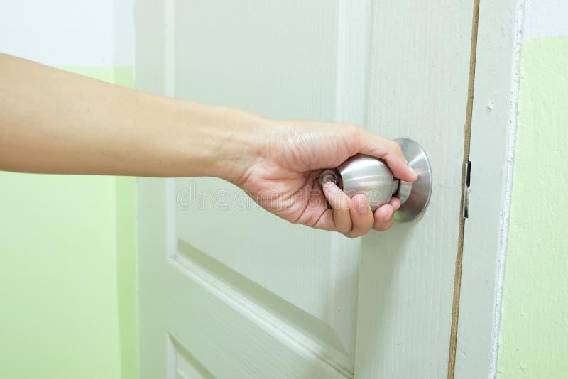 Le bouton de porte est tourné à la main image libre de droits