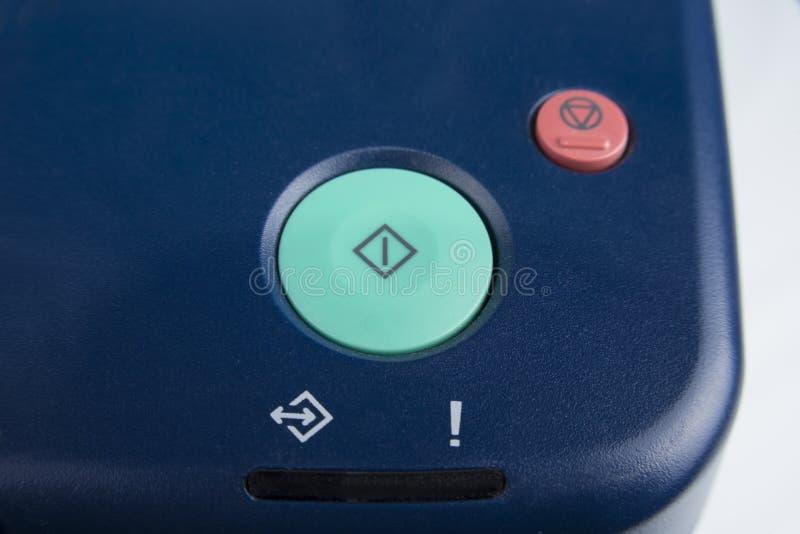 Le bouton marche vert sur un dispositif de bureau photos stock