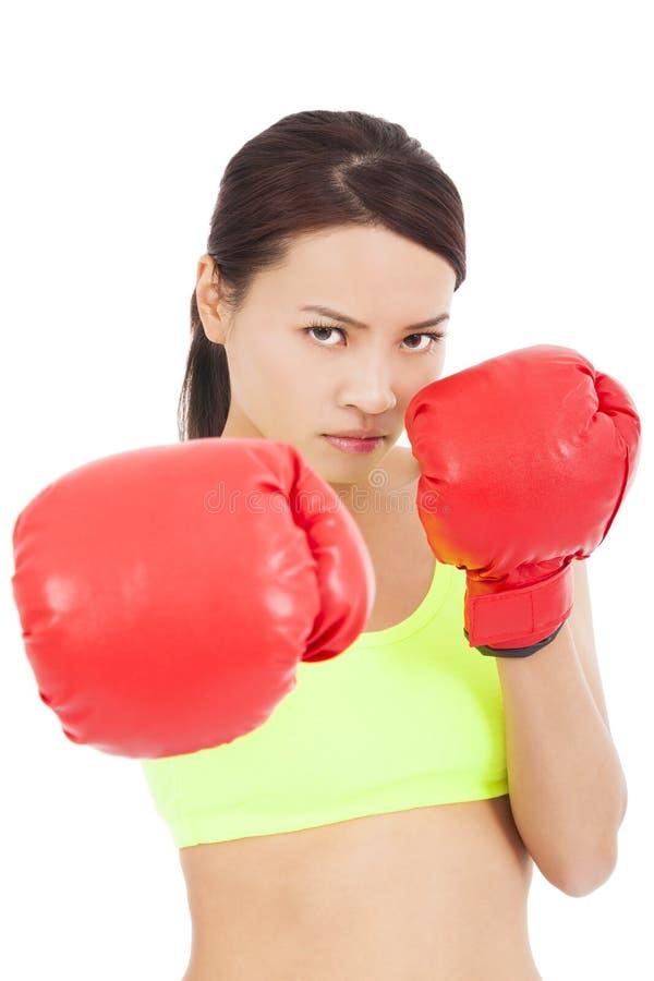 Le boxeur assez féminin préparent une pose de combat photo libre de droits