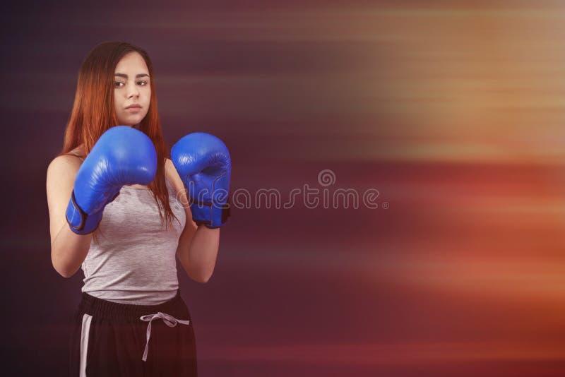 Le boxeur de boxe de la fille des femmes se tient dans des gants de boxe photos stock