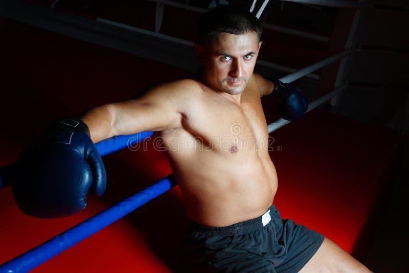 Le boxeur s'assied sur une boucle image stock