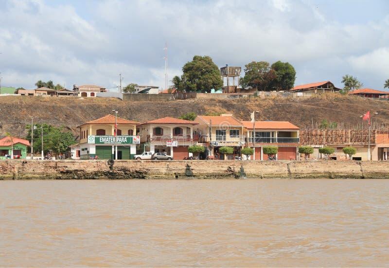 Le Brésil/Almeirim : Vie Chambres chez fleuve Amazone - bord de mer image libre de droits