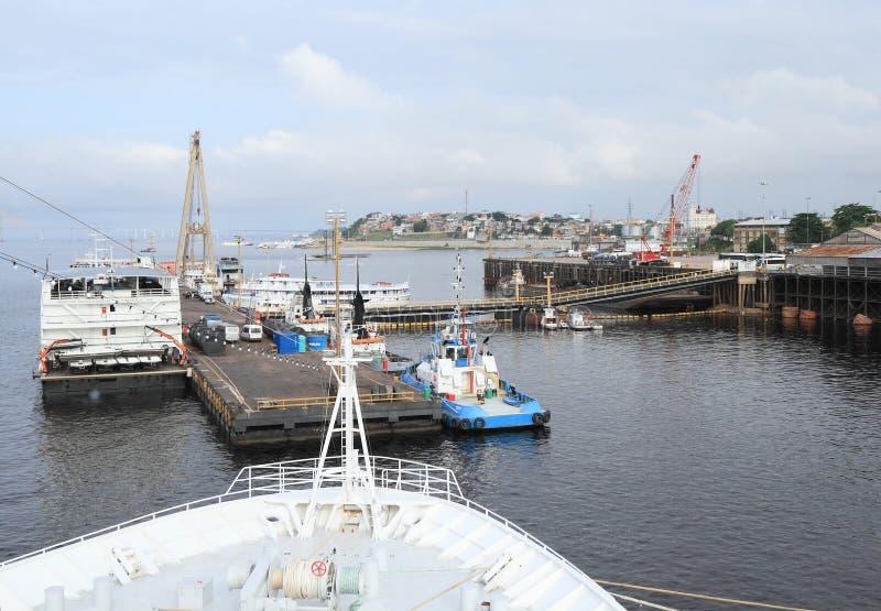 Le Brésil, Manaus/port : Dock flottant avec les bateaux de rivière et le remorqueur images libres de droits
