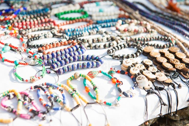 Le bracelet et le collier handcraft à la boutique de souvenirs photos libres de droits