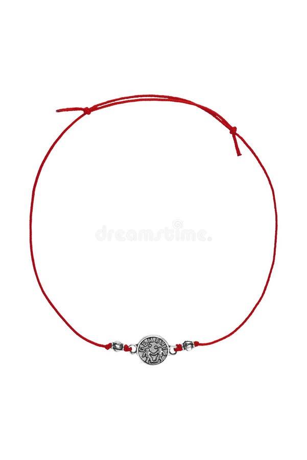 Le bracelet réglable de textile rouge avec les Gémeaux roumains argentés charment le signe de zodiaque, d'isolement sur le fond b photos libres de droits