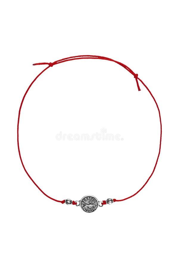 Le bracelet réglable de textile rouge avec le signe roumain argenté de zodiaque de charme de Bélier, d'isolement sur le fond blan image libre de droits