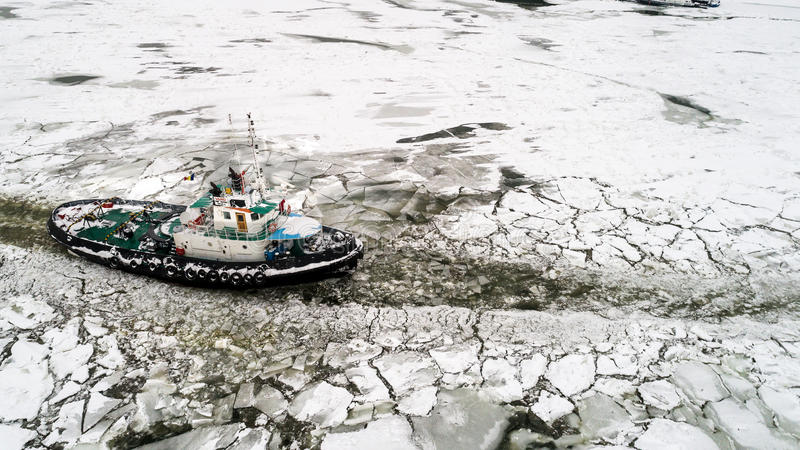 Le brise-glace de LAINICI, cassent la glace sur le Danube images libres de droits