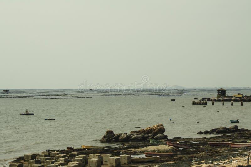 le brise-lames a formé par des blocs de béton, prote de vague de mer de mur de ciment photos libres de droits