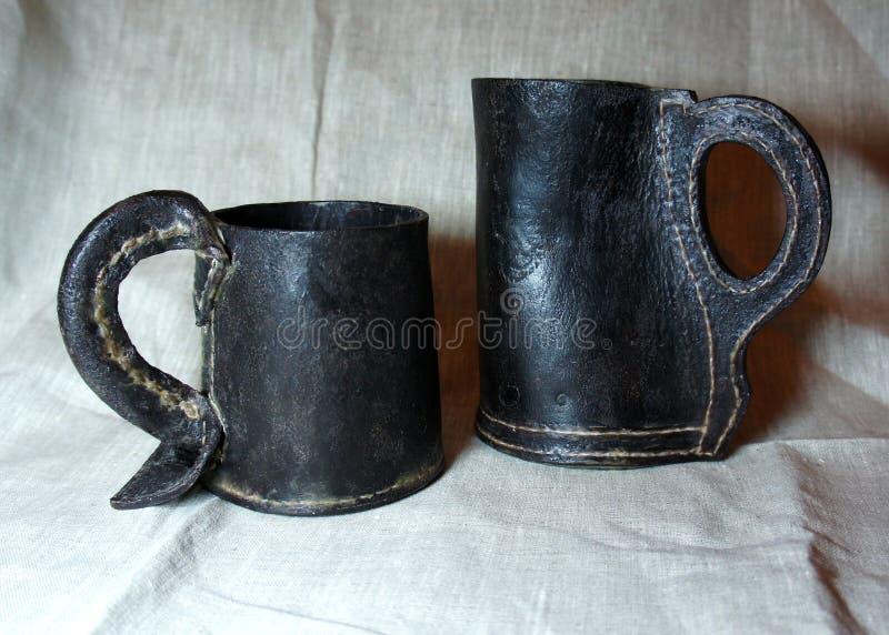 Le brocche di cuoio fatte a mano medievali della birra hanno chiamato i black jack fotografie stock
