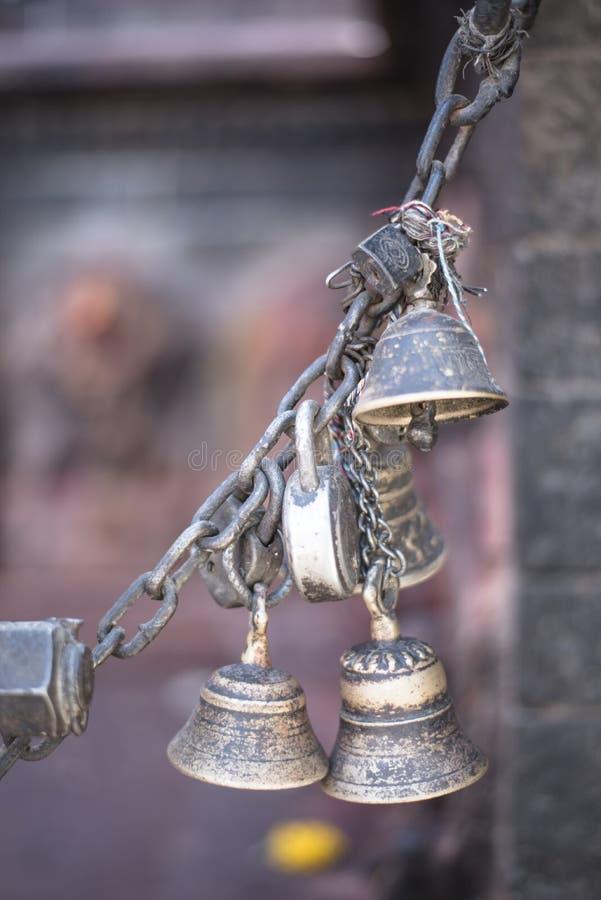 Le bronze et le cuivre ont fait de petites cloches verrouillées ainsi qu'une chaîne photos stock