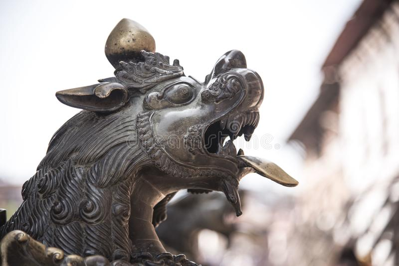 Le bronze a fait la statue du lion photos libres de droits