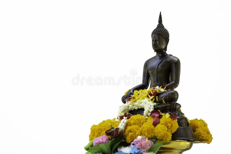 Le bronze a moulé Bouddha que l'image décorent de belles fleurs et orphie images stock