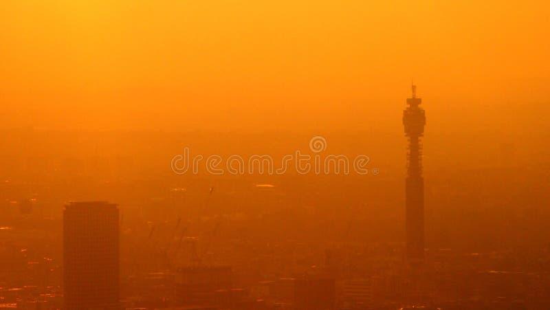 Le brouillard enfumé couvre Londres images stock